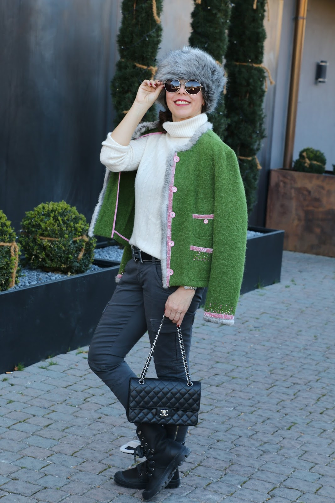 Outfit fake fur hat, white knitted turtleneck, green jacket Sportalm, grey cargo pants J Brand
