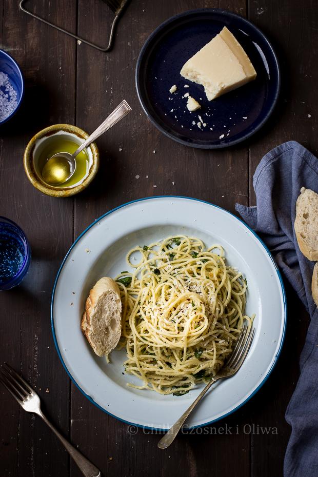 spaghetti z czosnkiem, chilli i ziołami