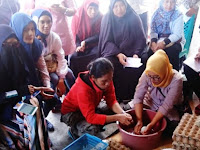 OK OCE  Latih Ibu-Ibu Purwomartani Buat Telur Asin untuk Perbaikan Ekonomi