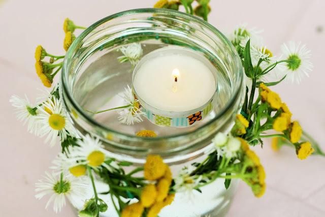 DIY Deko-Kerze mit frischen Blumen selber machen