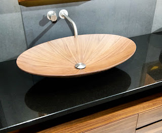Chậu rửa cao cấp dạng oval trên nền đá cẩm thạch đen