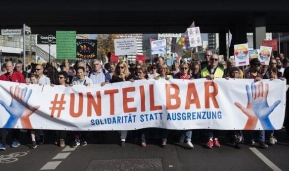 أكثر من 100،000 شخص يتظاهرون؛ ضد اليمين المتطرف في العاصمة الألمانية.