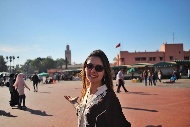 A Praça Jamaa el-Fna, em Marrakech, com a mesquita Koutoubia ao fundo.