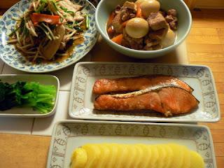夕食の献立 献立レシピ 飽きない献立 肉ニラもやし炒め 豚ロース煮物 鮭 お新香 おひたし