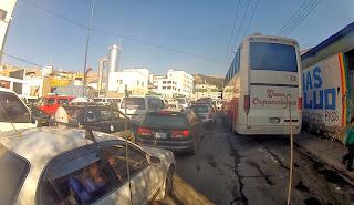 Congestionamento na saída de La Paz.
