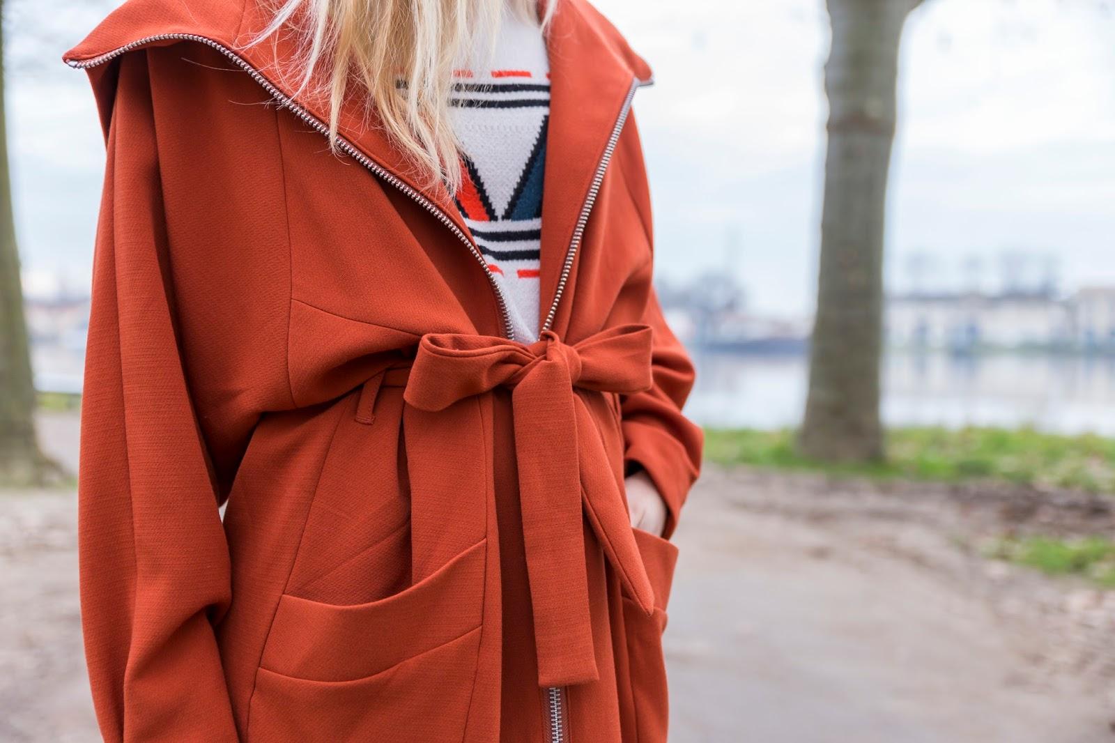 manteau orange ceinturé