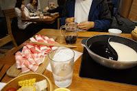 Platos, ollas y comida en la mesa. Preparados para Shabu Shabu