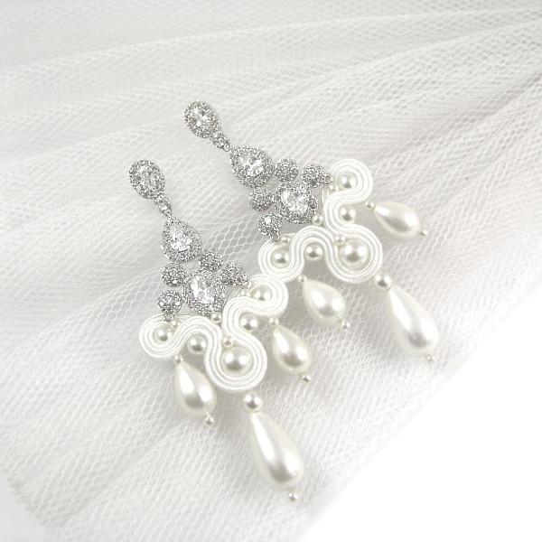 Śnieżnobiałe kolczyki ślubne sutasz z perłami.