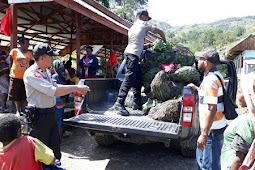 Anggota Polsek Karubaga Bantu Mama-mama Penjual Sayur