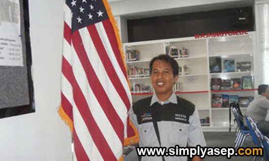 GAYA : Walaupun belum ada kesempatan ke Amerika Serikat, minimal saya sudah bisa selfie dengan benderanya saja sudah senang sekali.  Foto IST
