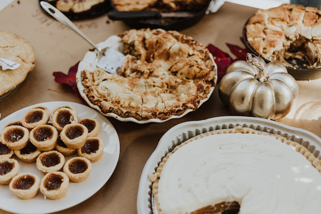 low budget thanksgiving menu. How to Have a Super Frugal Thanksgiving Dinner. 10 Simple Ways to Save Money on Thanksgiving Dinner. How to have a frugal Thanksgiving.  Low budget Thanksgiving. How to save money on Thanksgiving.  Thanksgiving made easy. Stress free Thanksgiving.  thanksgiving dinner on a tight budget.