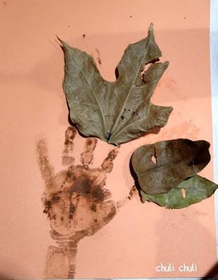 van pegando las hojas una a una, jugando con la pintura
