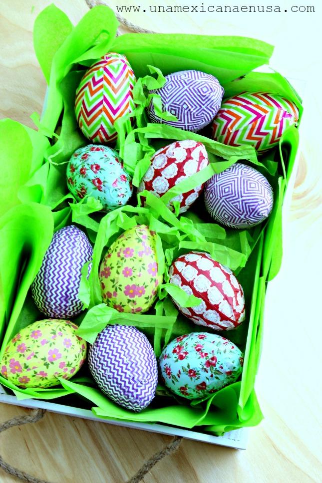 Huevos de Pascua con cintas adhesivas de colores