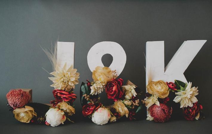 DIY letras de mármol y flores ¡Perfectas para una boda!