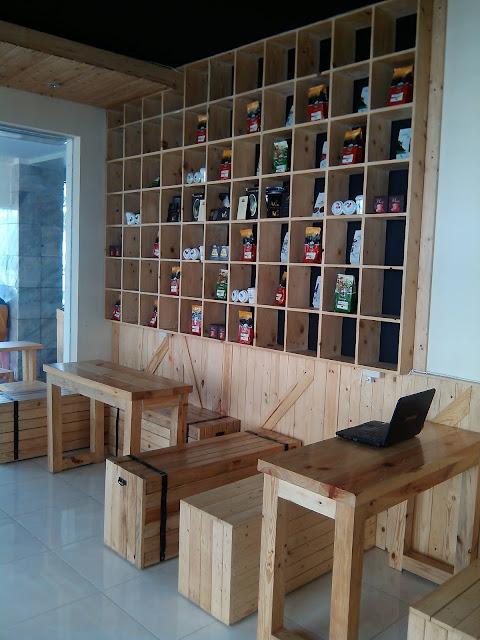 Desain Interior Coffee Shop Dengan Kayu