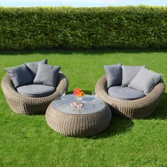 Muebles de mimbre en jardines