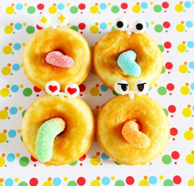 Gekke donuts traktatie, donuts recept om te bakken, donuts bakken in de oven, donuts voor carnaval, lekker donuts recept, donuts met ogen en tong, bento oogjes in donuts