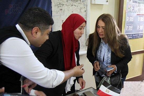 استقبال ليلى علوي بالزغاريد والهتافات تحيا مصر