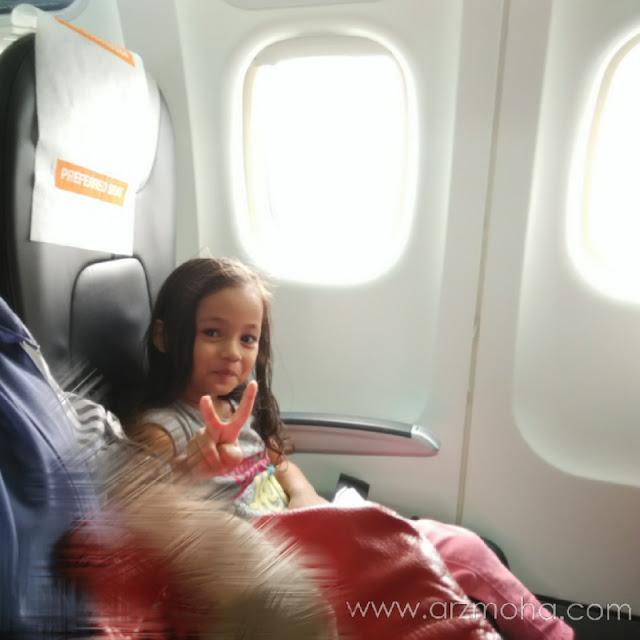 pengalaman pertama kanak-kanak menaiki pesawat firefly, child onboard, budak perempuan atas pesawat, kids firefly, pengalaman menaiki firefly,