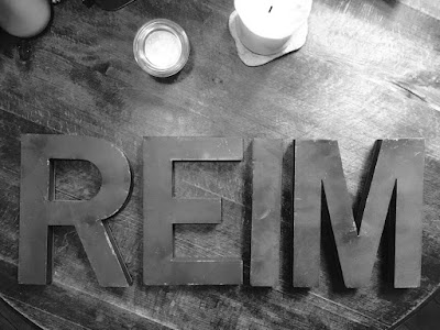 In Buchstaben auf dem Tisch: REIM