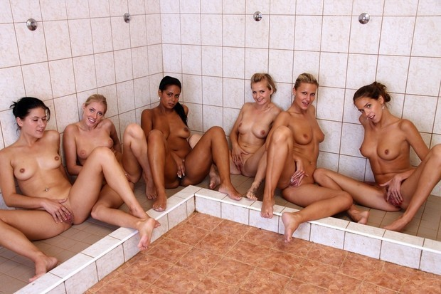 femmes nues se caressent ensemble sous la douche
