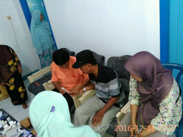 Team Kesehatan Lazismu Jember melakukan pemeriksaan darah pasien dhuafa