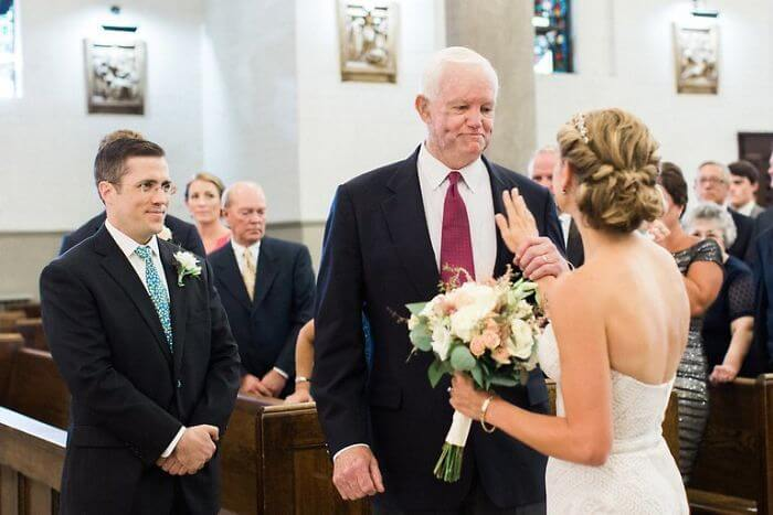30 Heartwarming Photos That Restored Our Faith In Humanity - The Bride's Father Died Ten Years Ago And His Heart Was Donated. The Man Who Received The Transplant Walked Her Down The Aisle