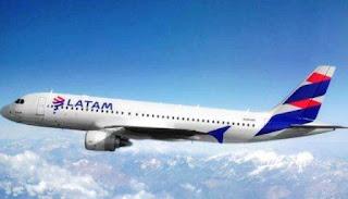 """Una asamblea de tripulantes de cabina de la aerolínea Latam decidió realizar """"paros sorpresivos"""" debido a los malos resultados de las negociaciones con la empresa."""