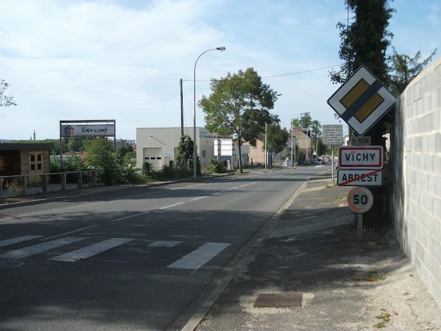 11 septembre 2016 : si ce n'est un petit vandalisme, le panneau de fin de route prioritaire, hors d'âge, ne peut plus être remplacé.