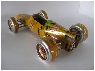 Auto hecho con latas de aluminio recicladas