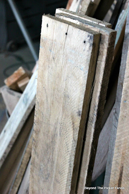use pallet wood to make simple sign