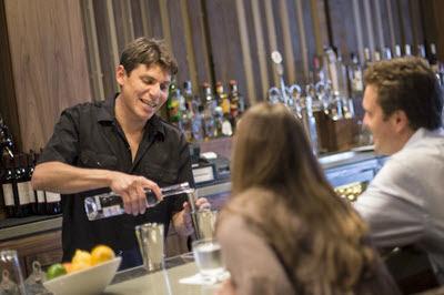 bartender-phai-biet-cach-hoat-nao-tao-ra-niem-vui