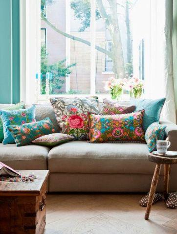 almofadas coloridas no sofá