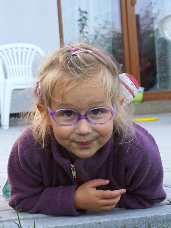 czterolatka w okularach