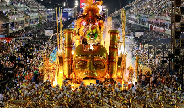 Tributos a Miguel Arraes e a Maria Bethânia marcam desfile das escolas de samba do Rio de Janeiro