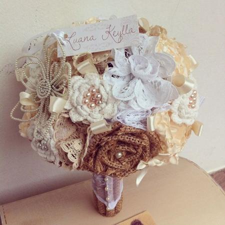 buquê com flores de tecido em tons terrosos