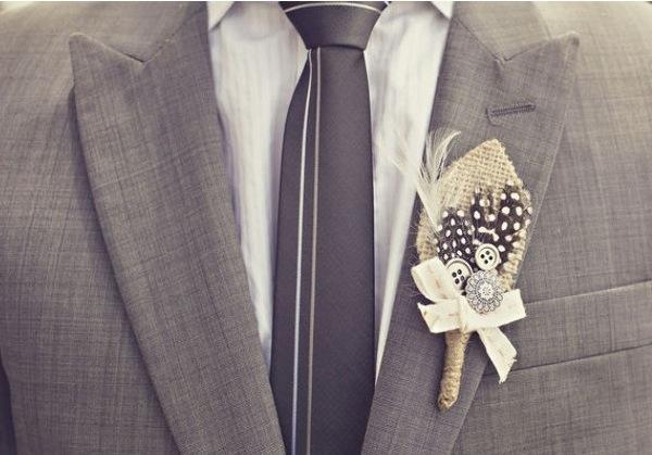 Aprende cómo hacer este boutonniere tan bonito de estilo vintage con plumas, botones y tela arpillera