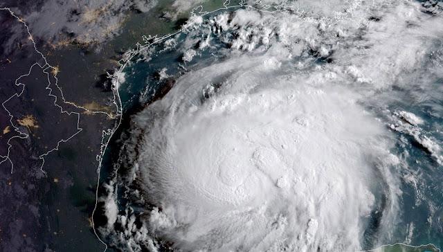 Em meio ao furacão Harvey, corrente humana salva idoso de enchente nos EUA