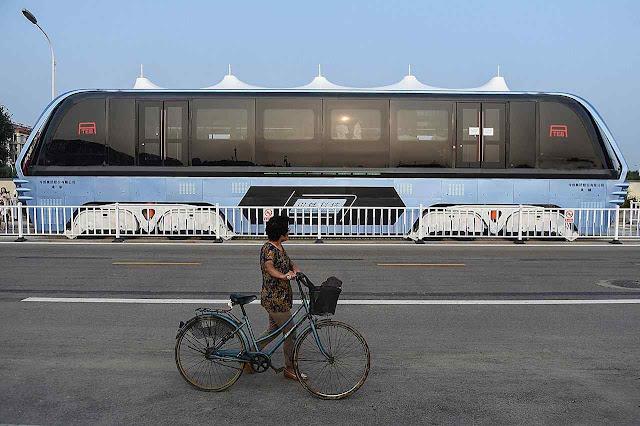 Prometia levar até 1.400 passageiros por cima do trânsito, mas foi criminosa enganação. Prototipo em Qinhuangdao.