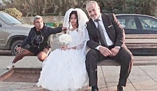 Περαστικός συγχαίρει μεσήλικα άντρα, για τον γάμο του με 12χρονο παιδί