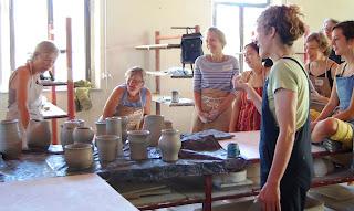 Ruthann+Tudball+in+the+studio - Curso de cerâmica na Toscana