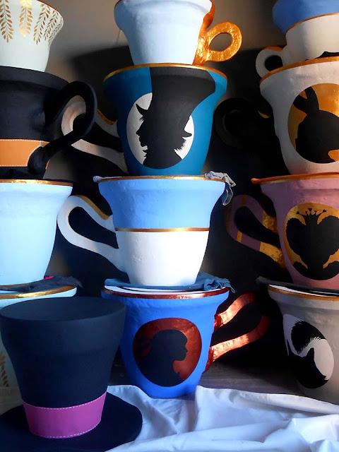 tasse et chapeau alice au pays des merveilles