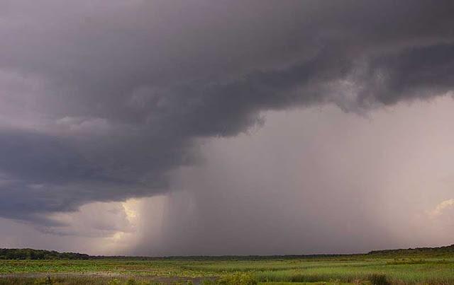 Foto Corong hujan di bawah badai petir.