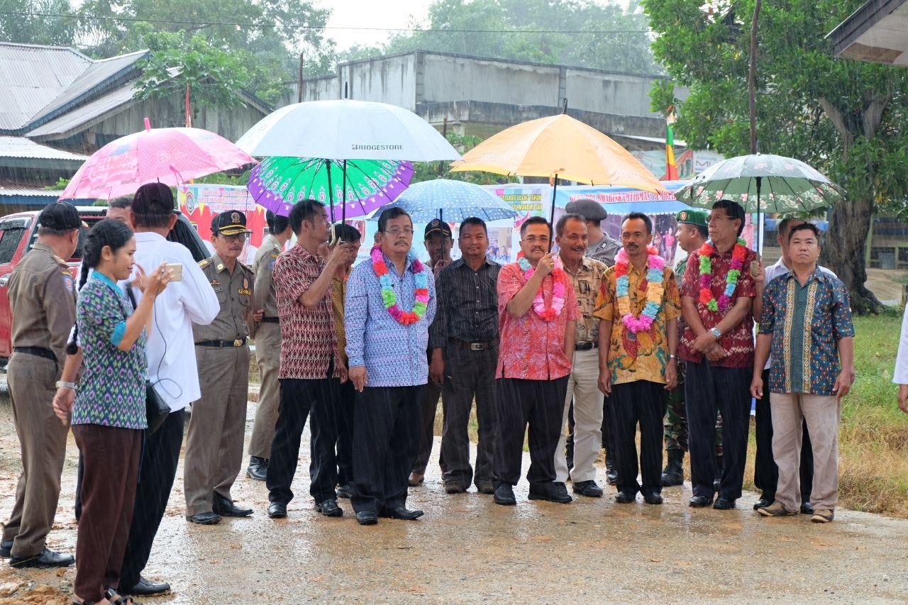 Foto 2: Peresmian Empat Pasar Rakyat di Kabupaten Sekadau di Resmikan oleh Bupati Sekadau, Jumat (6/4/2018).