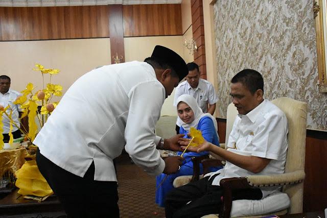 Walikota Tanjungbalai M Syahrial mengupah-upah Bupati Asahan Taufan Gama Simatupang.