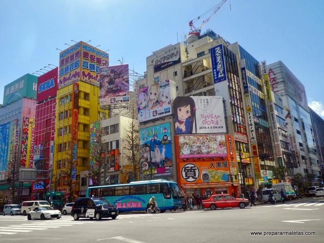 carteles y dibujos en Tokio