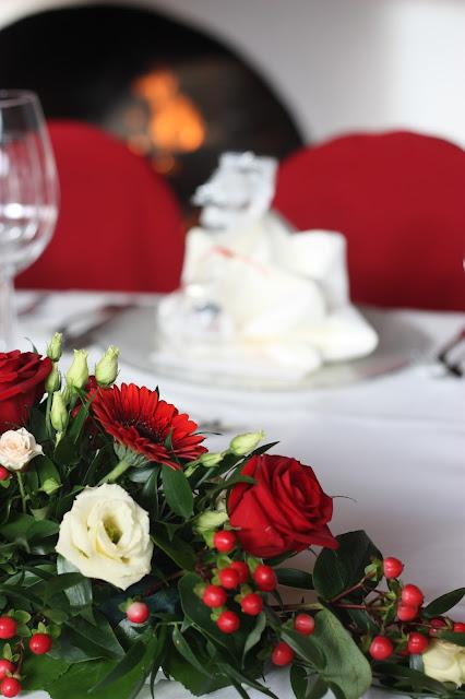 Center piece, Herbsthochzeit in den Bergen von Garmisch-Partenkirchen, Hochzeitslocation in Bayern, Riessersee Hotel - Bordeaux, rote Rosen, herbstlich