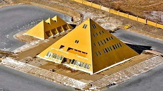 Hombre construye una réplica de la Gran Pirámide y aprovecha la energía mística