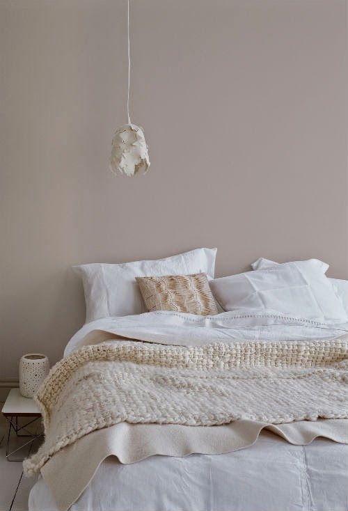 Leuchtend grau interior magazin celebrating soft for Glanzend schlafzimmer grau beige