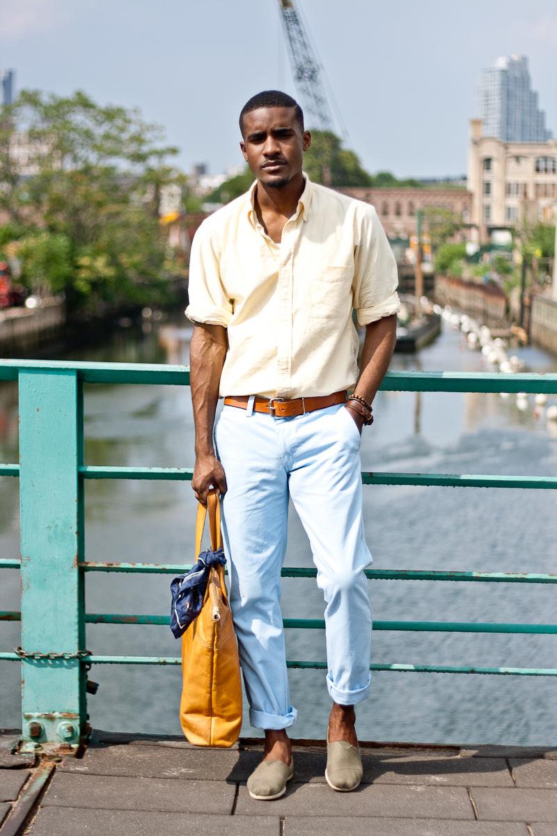 Tendência Masculina 2018: Tons Pastéis Look Masculino com Camisa Amarela e Calça Azul